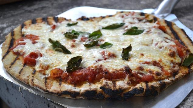 Gros plan sur la pizza qui sort du four