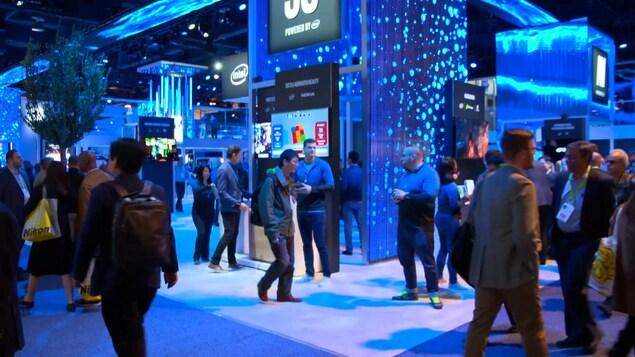 Plusieurs personnes se baladent au Consumer Electronics Show à Las Vegas.