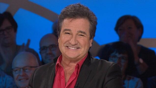 Le chanteur sur le plateau des Enfants de la télé.
