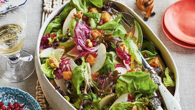 Un grand bol de salade sur une table.