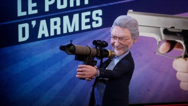 Le personnage tient un fusil.