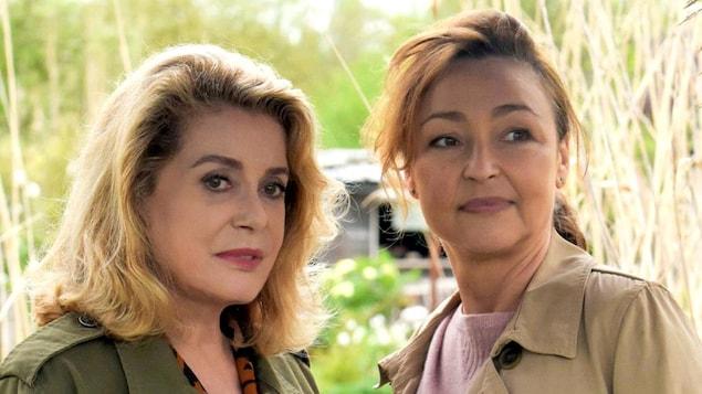 Deux femmes côte à côte dans un champ