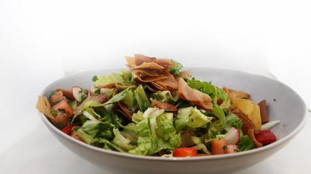 Une salade dans un bol.