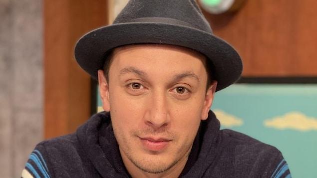Samian est sur le plateau d'On va se le dire. Il porte un chapeau en feutre.