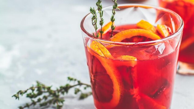 La boisson est de couleur rose foncé.