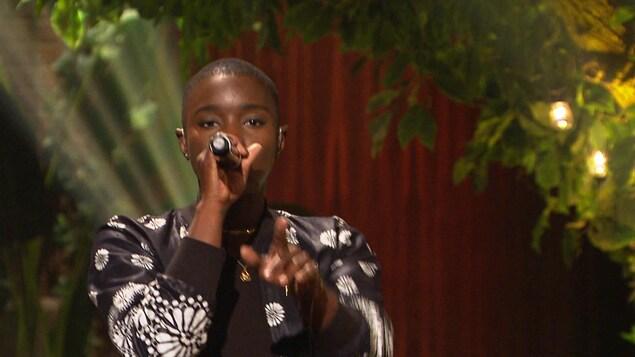 Elle chante sur le plateau de Bonsoir bonsoir!.