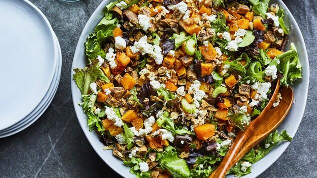 Très grand plat avec une salade.