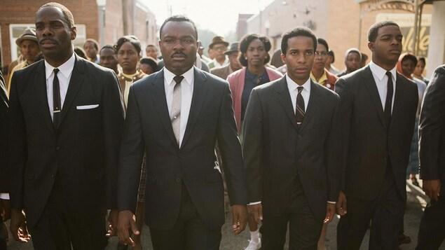 Des hommes et des femmes noires marchent dans la rue