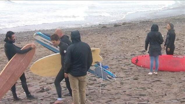 Des surfeurs sur la plage.