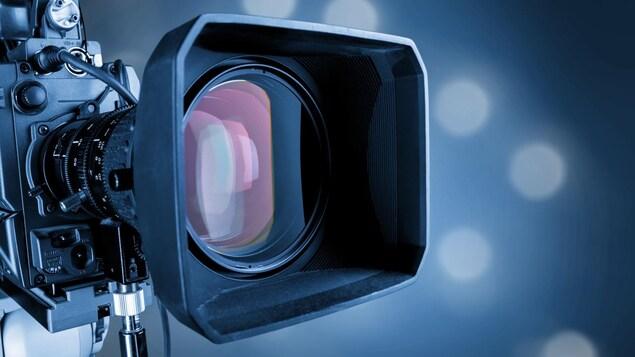 Gros plan sur la lentille d'une caméra.
