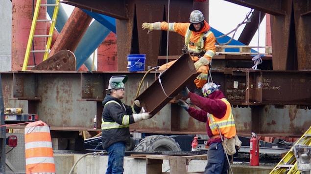 Des travailleurs sur un chantier de construction