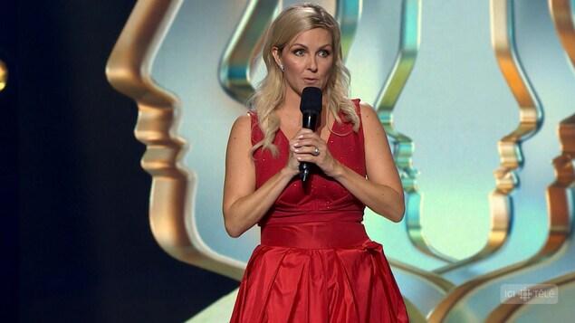 Elle porte une robe rouge.