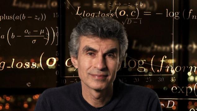 Photo de Yoshua Bengio avec des formules mathématiques en arrière-plan.