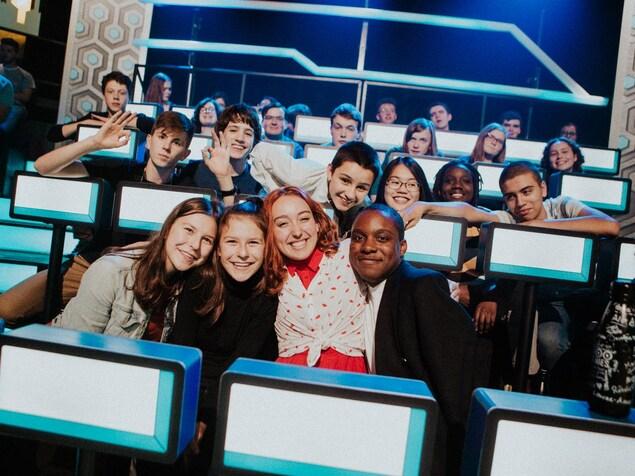 Des adolescents dans le public d'un plateau de télévision.