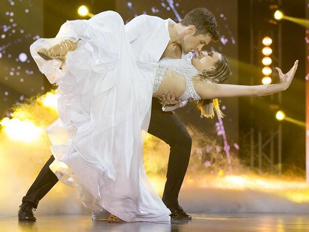 Éléonore Lagacé et Philippe Touzel dansent une valse viennoise.