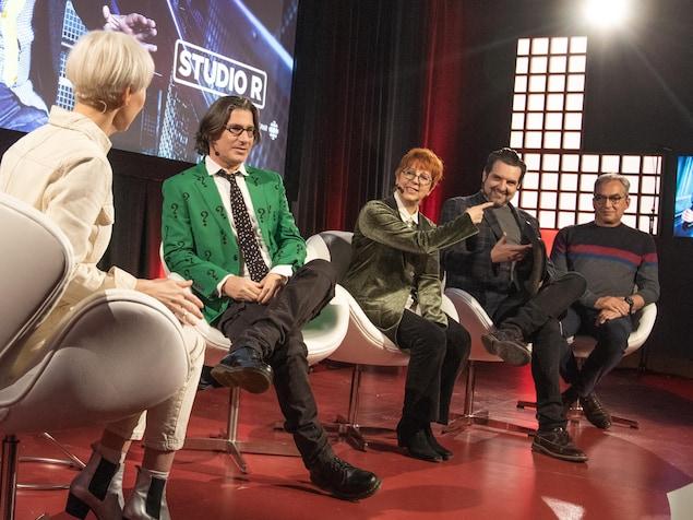 Les quatre personnalités invitées discutent avec l'animatrice.
