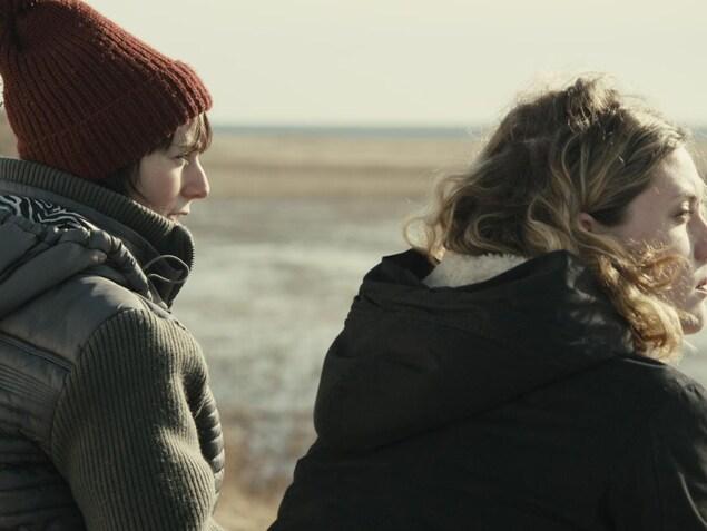 Deux jeunes femmes regardent l'horizon.