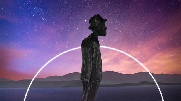 La statuette devant le fleuve et un ciel étoilé.
