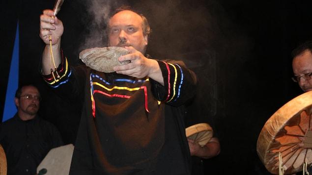 Un chaman lors d'une cérémonie de fumigation