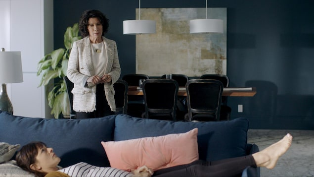 Valérie est allongée sur le divan, sa mère la regarde.