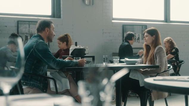 Katherine Levac et Joël Legendre mangent dans un restaurant et discutent.