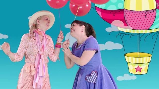 Les deux amies chantent et dansent