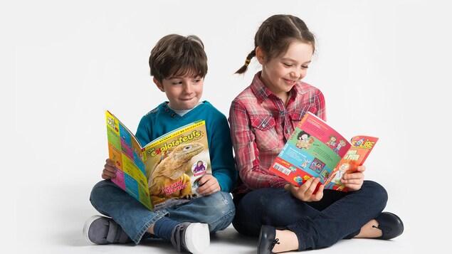 Une fille et un garçon lisent chacun un magazine.