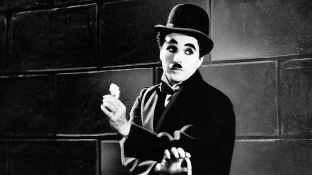 Charlie Chaplin tient une fleur