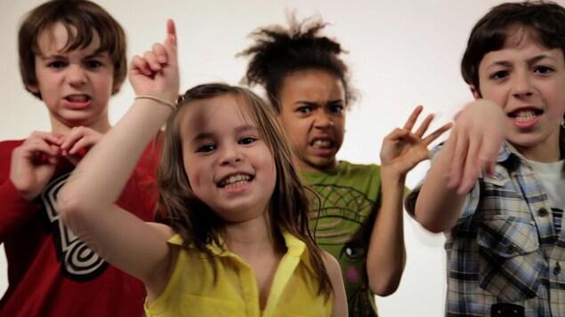 Quatre enfants font des simagrées en racontant des blagues