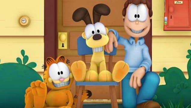 Odie est assis sur une chaise. Garfield est assis au pied de la chaise d'un côté et John est agenouillé de l'autre côté.
