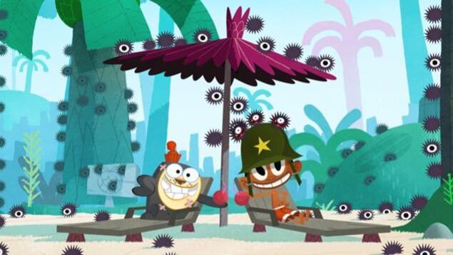 Les deux amis trinquent dans une noix de coco sous un parasol.