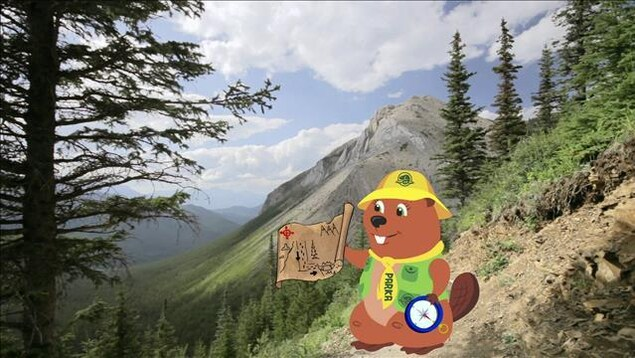 Le petit castor Parka est sur une montagne. Il tient un plan et une boussole.