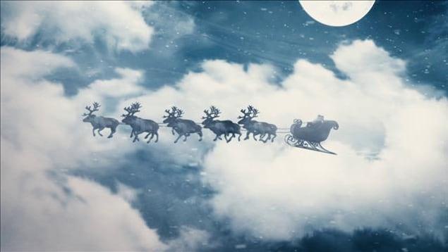 Dans le ciel d'hiver, Nicolas Noël se dirige vers les maisons des enfants du monde entier à bord de son traîneau, tiré par des rennes joyeux.