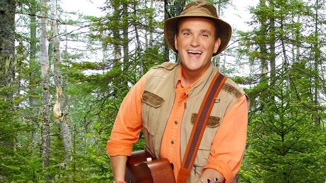 Arthur est dans la forêt et joue de la guitare.