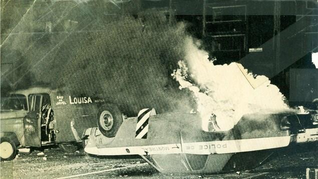 Une voiture de police en feu lors de la crise d'octobre