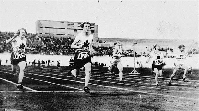 Bobbie Rosenfeld, à l'avant-plan, aux Jeux d'Amsterdam en 1928