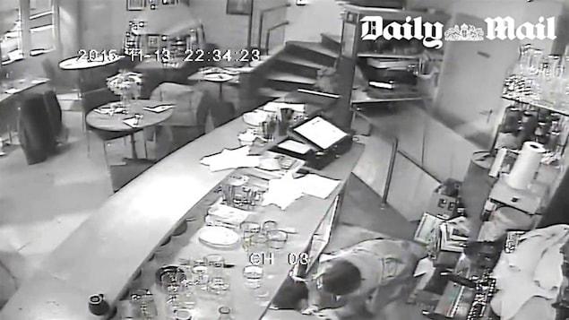 Images de vidéosurveillance d'un café ciblé lors des attentats de Paris