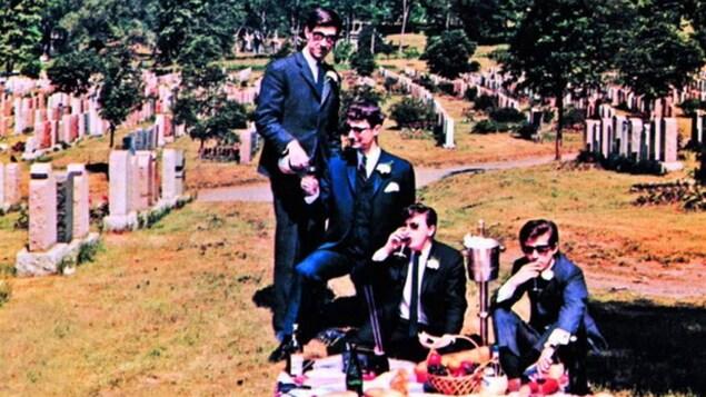 Une partie de la pochette <i>Les abominables Cyniques en spectacle!</i>, leur premier disque (1966)