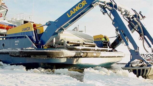 Une équipe s'affaire à tester un procédé pour contrer les déversements de pétrole en eaux glacées, en Finlande.