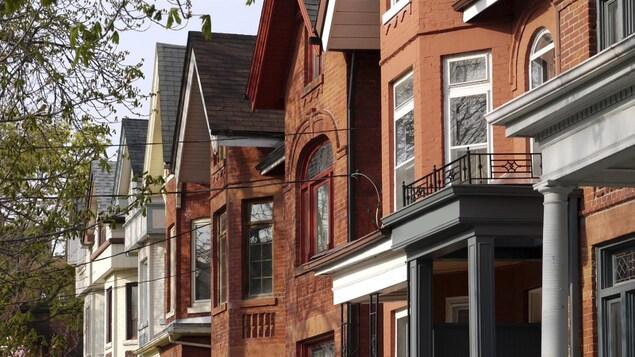 Une rangée de maisons à Toronto
