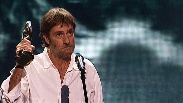 Le 27 octobre 2002, Plume Latraverse reçoit le Prix hommage au Gala de l'ADISQ.
