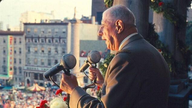 Le général de Gaulle s'adressant à la foule montréalaise le 24 juillet 1967