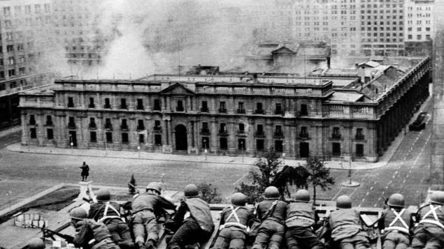 Des soldats sur un toit devant le palais La Moneda, à Santiago, pendant le coup d'État du 11 septembre 1973.