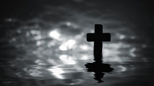 « L'être humain est constitué d'eau et son corps devrait peut-être simplement retourner à l'eau après sa mort », pense Serge Bouchard.