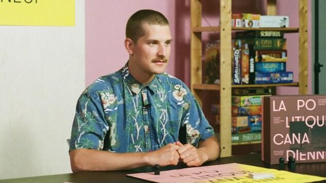Julien Lamoureux durant le tournage du programme électoral de Rad.