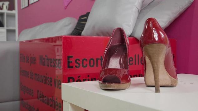 Une paire de talons hauts rouges appartenant à une travailleuse du sexe.