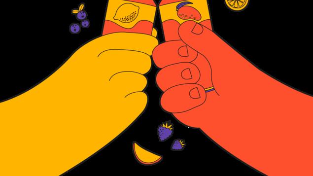 Deux mains tenant des Seltzers aux fruits, entourées de fruits.