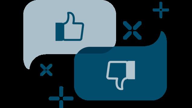 Illustration de deux bulles de conversation; une avec un pouce en l'air et une seconde avec un pouce en bas
