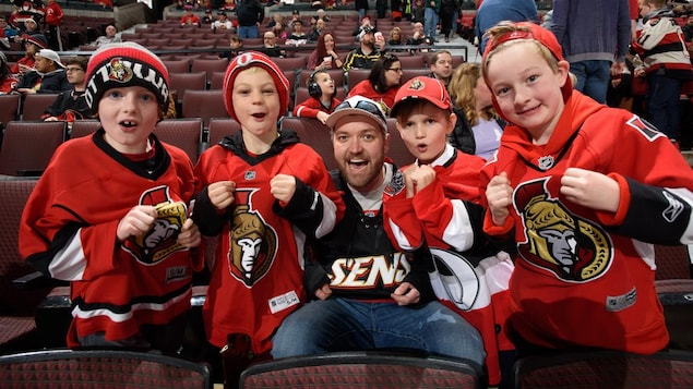 Des jeunes assistent à un match des Sénateurs d'Ottawa.