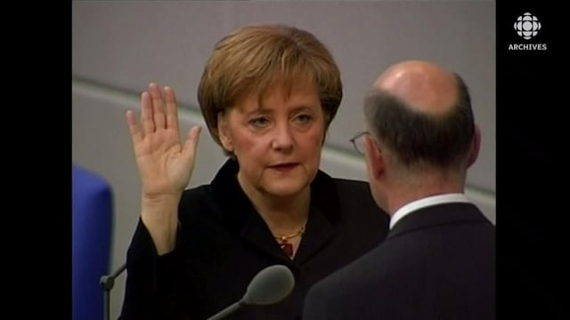 Angela Merkel lève la main droite lors de son assermentation.